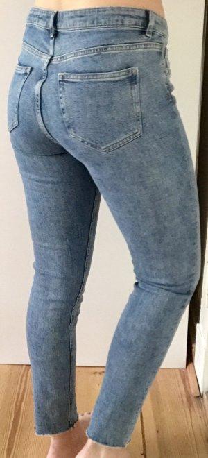 Blaue abgeschnittene skinny jeans