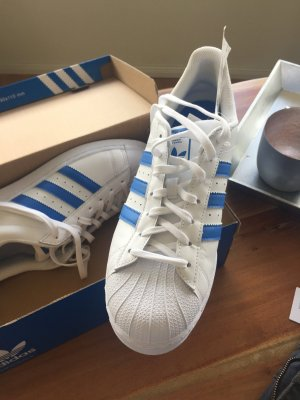 Blaue Adidas Superstars