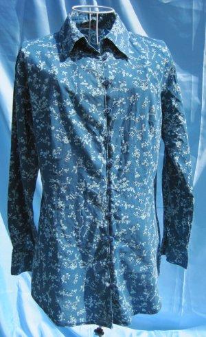 Blaue Bluse mit Blumenmuster