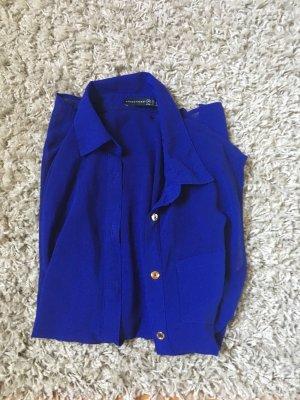 Blaue Bluse mit goldenen Knöpfen
