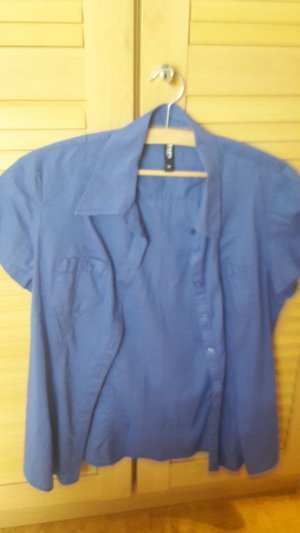 blaue Bluse mit Knöpfen und Polokragen