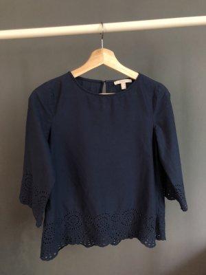 blaue Bluse mit Lochstickerei
