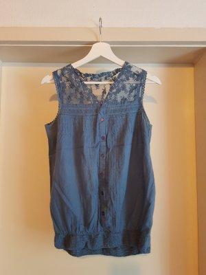 blaue Bluse mit Spitzeneinsatz