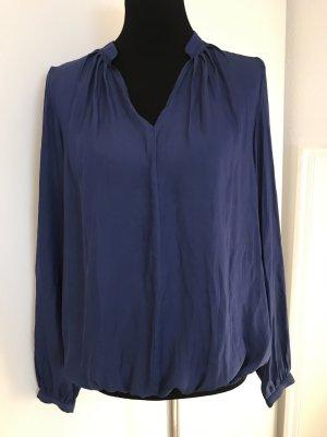Blaue Bluse mit V-Ausschnitt