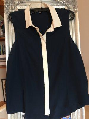 Blaue Bluse mit weißem Kragen und weißer Knopfleiste
