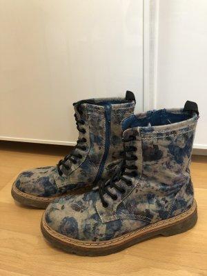 Blaue Boots mit Schmetterlingsmuster