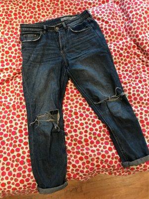 Blaue Boyfriend-Jeans mit Löchern von H&M