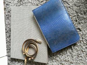 blaue Clutch in Schlangenleder-Optik von Zara