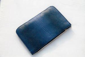 Blaue Clutch in Schlangenlederoptik von Zara mit goldener Hardware