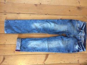 Blaue etwas weitere Jeans