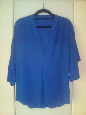 Blaue fließende Bluse