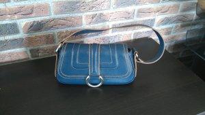Blaue Handtasche der Marke Mango