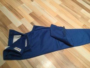 Blaue Hose mit Reißverschluss am Bein