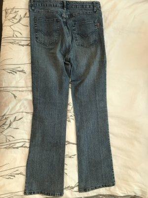 Blaue Jeans gerader Schnitt