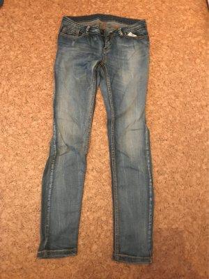 Blaue Jeans im leicht ausgewaschenen Style