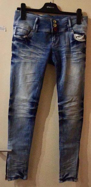 Blaue Jeans in heller Waschung