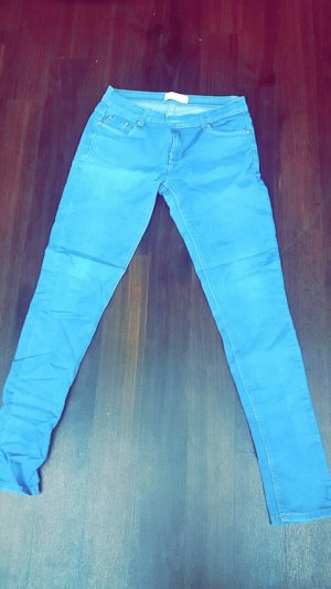 Blaue Jeans mit goldenen Nähten