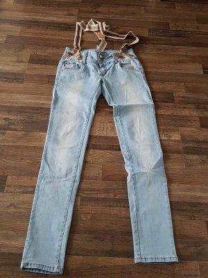 blaue Jeans mit Hosenträgern