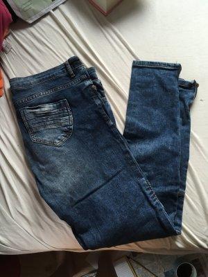 Blaue Jeans mit Verzierungen