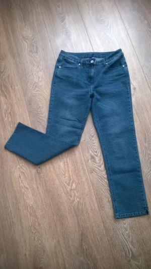 Blaue Jeans mit zarten weißen Punkten