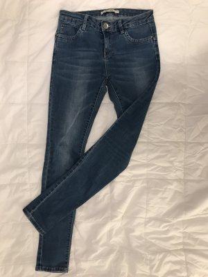 Blaue Jeans / Röhre mit leichten Waschungen