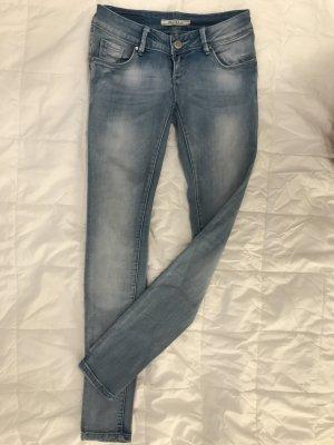 Blaue Jeans/Röhre mit Waschungen