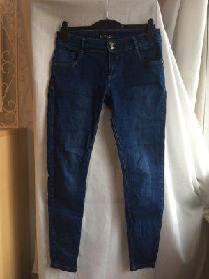 Blaue Jeans tiefsitzend