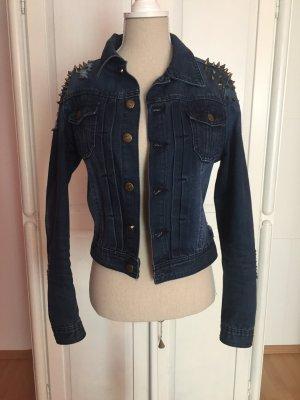 Blaue Jeansjacke mit Nieten und rissen