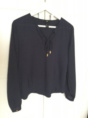 blaue langärmelige Bluse