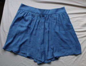Blaue lockere Hotpants