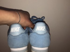 Blaue Nike Schuhe