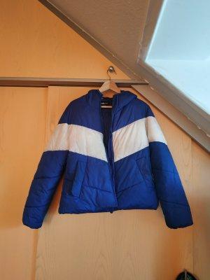 Blaue Pufferjacke mit weißem Streifen