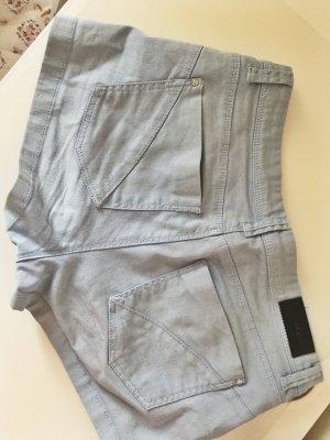 blaue Shorts mit Reißverschlüssen