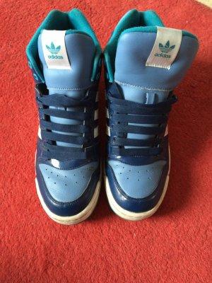 blaue Sneaker von Adidas