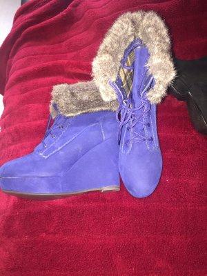 Blaue Stiefel mit Keilabsatz