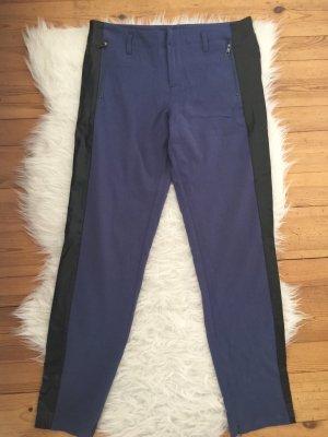 Blaue Stoffhose mit Lederoptik Details
