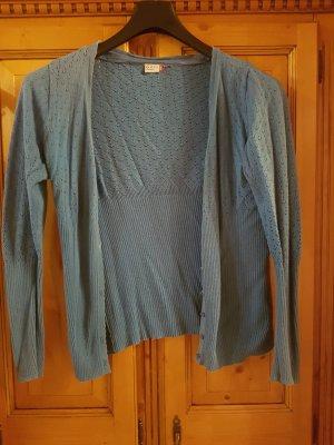 Blaue Strickjacke mit schönem Muster