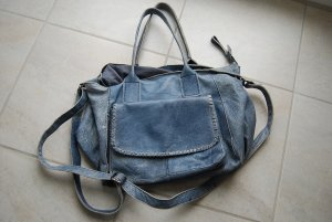 blaue Tasche aus Leder mit schönen Details