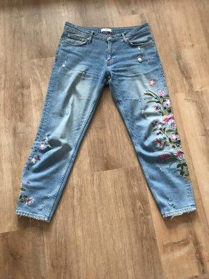 Blaue Used Look Jeans von zara mit Blümchen Stickerei in Größe 40
