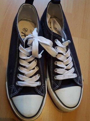 Blaue-weiße Schnürschuhe Chucksstil