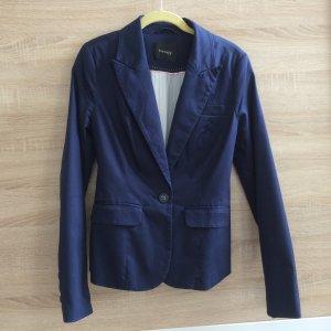 Blauer Anzug mit passendem Rock