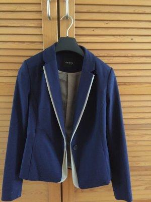 Blauer Blazer im klassischen Stil