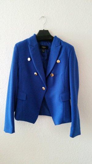 Blauer Blazer mit goldenen Knöpfen