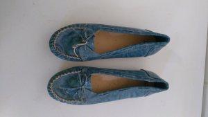 Blauer glänzender Schuh sucht neues Zuhause