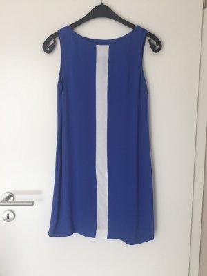 Blauer Kleid mit weißer Linie