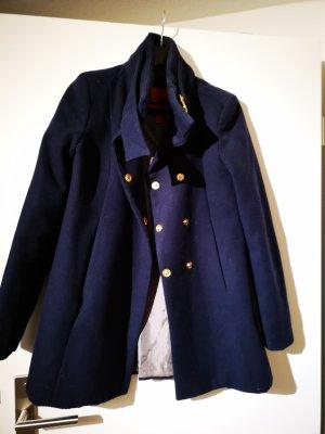 blauer Mantel mit goldenen Knöpfen