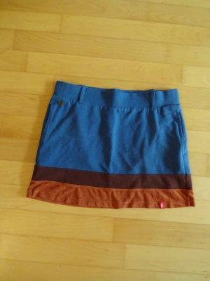 blauer Minirock mit rot-braunen Streifen