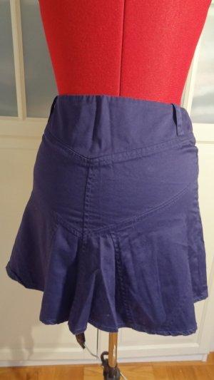 blauer Minirock mit Ziertaschen