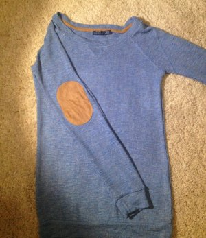 blauer Pulli mit Ellenbogen-Patches