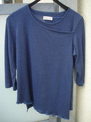 Blauer Pullover asymmetrisch